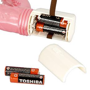 電源は単三電池×4本(付属)。コントローラー裏面のカバーを開き、正しい向きで電池をセットしてください。